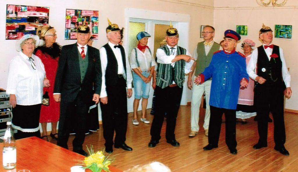 Berlin-Programm mit Alt-Berliner Liedern und in passenden Kostümen